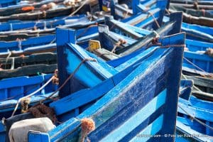 Niebieskie łodzie rybackie w porcie w Essaouirze w Maroku